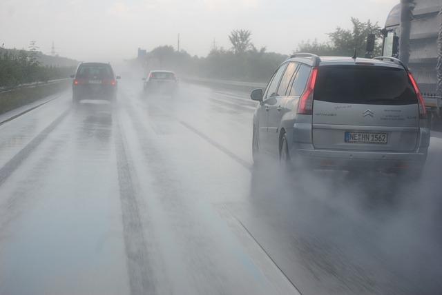 Aquaplaning: 9 consejos de seguridad para tener el coche bajo control